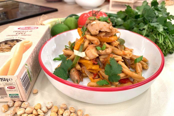 φωτογραφία με μακαρόνια με κοτόπουλο, κάρι και λαχανικά