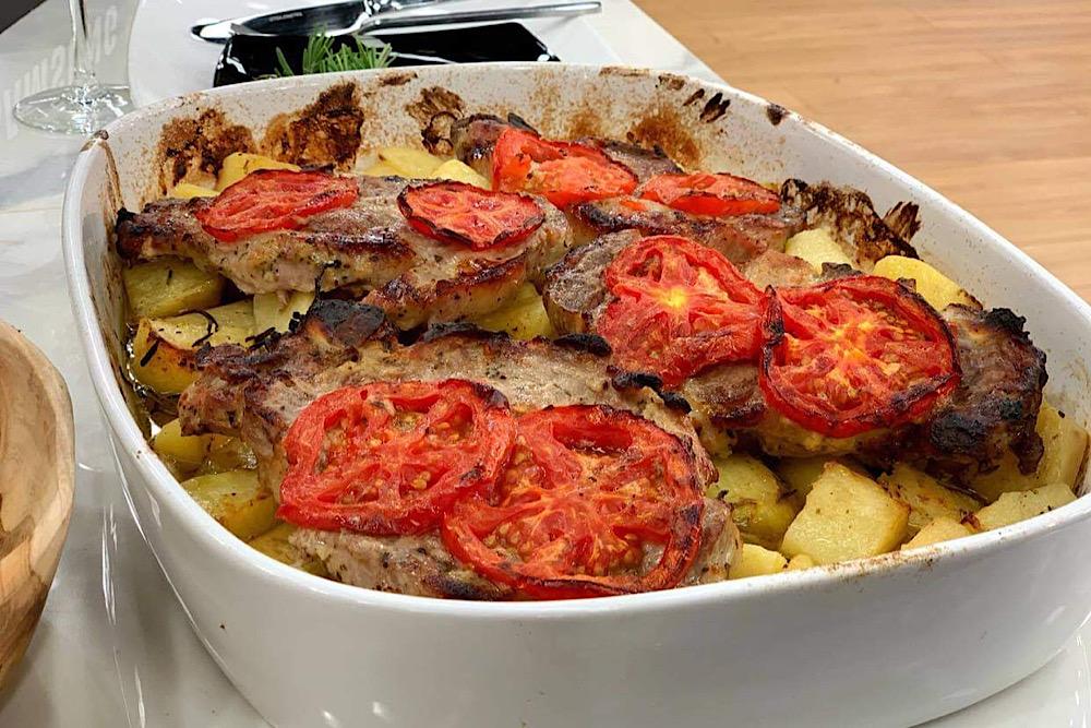 Χοιρινές μπριζόλες στον φούρνο με πατάτες