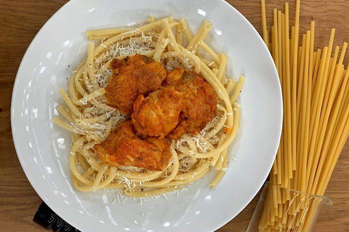 Κοτόπουλο παστιτσάδα με χοντρό μακαρόνι και μυζήθρα
