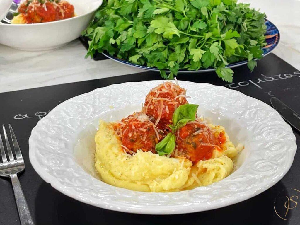 Κεφτεδάκια φούρνου σε αρωματική σάλτσα ντομάτας με βασιλικό και πουρέ