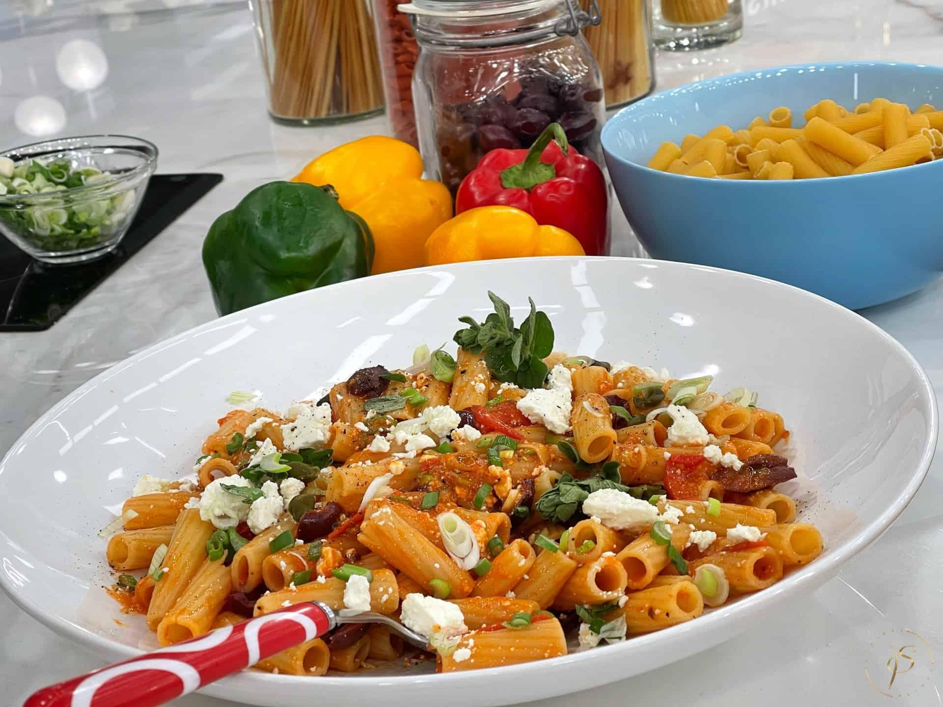 Ριγκατόνι με σάλτσα από ντοματίνια, ελιές, φέτα και ρίγανη