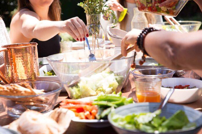 Πασχαλινό τραπέζι: Τα μυστικά για νας φας χωρίς τύψεις και κιλά