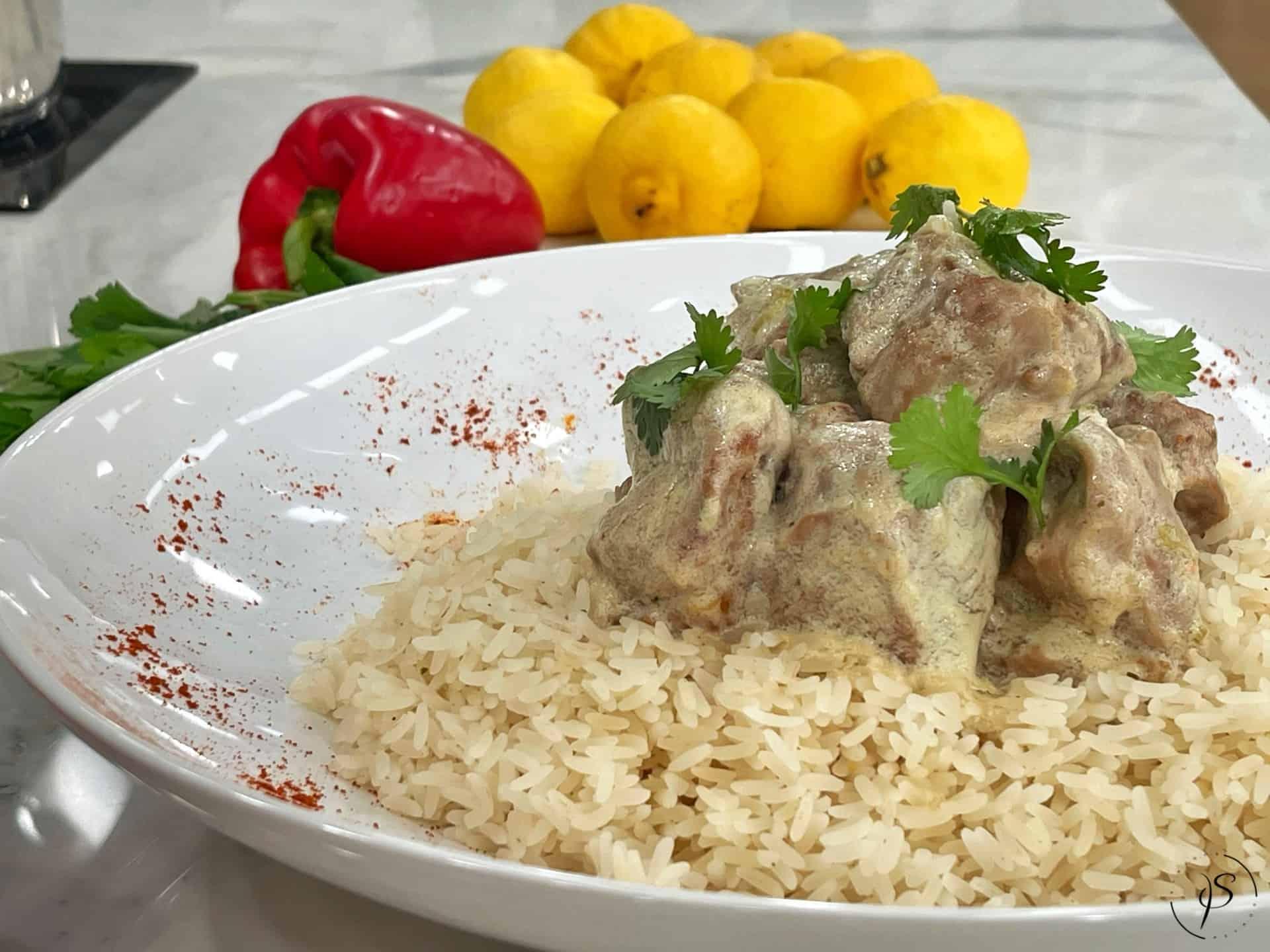 Καλοκαιρινό χοιρινό κατσαρόλας με γιαούρτι, μουστάρδα και λεμόνι