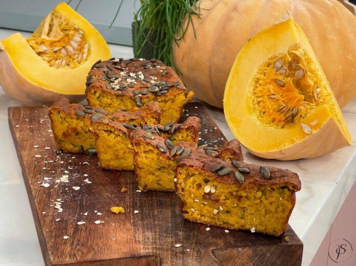 πεντανόστιμο αλμυρό κέικ με κολοκύθα, τυριά και βότανα
