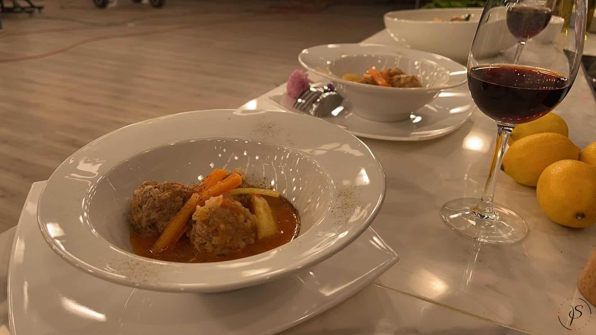 Γιουβαρλάκια κοκκινιστά με λαχανικά σούπα